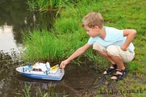 Судомодельный-спорт---мальчик-запускает-корабль