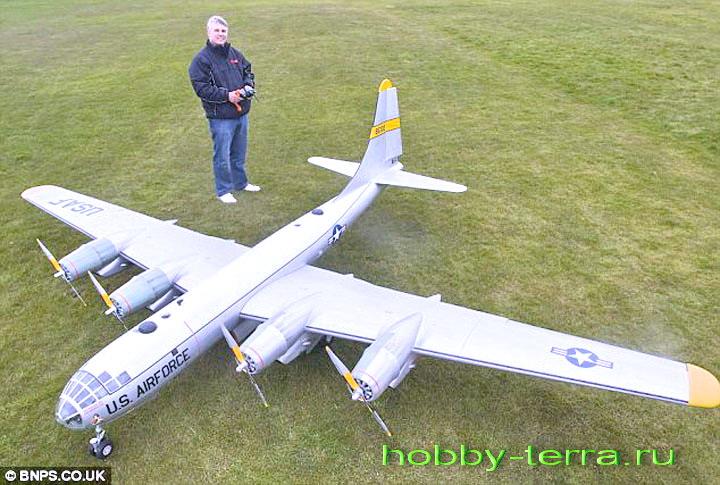 Модель бомбардировщика, собранная вручную