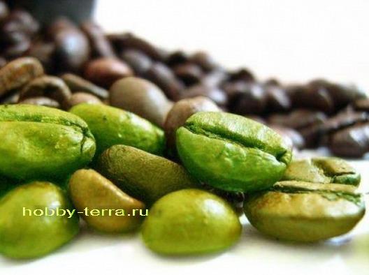 зерна зеленого и черного кофе