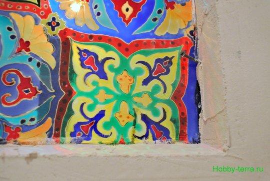 Ideya dekorirovaniya prostenka v vannoy vitrazhom-24