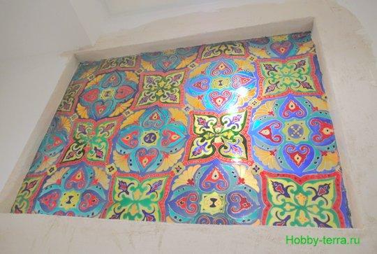 Ideya dekorirovaniya prostenka v vannoy vitrazhom-26