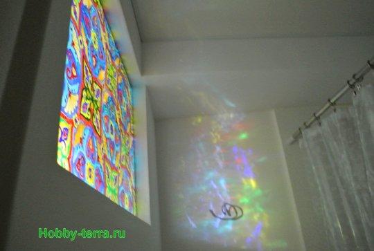 Ideya dekorirovaniya prostenka v vannoy vitrazhom-28