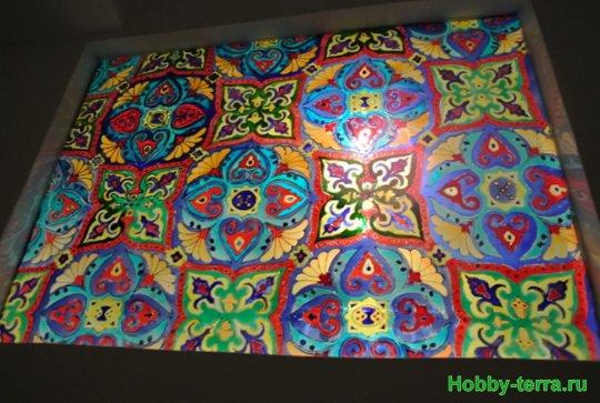 Ideya dekorirovaniya prostenka v vannoy vitrazhom-31