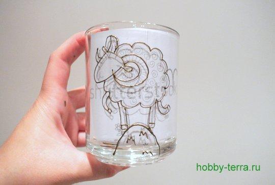 04-2014-11-24_Ideya po dekorirovaniyu kruzhki vitrazhnymi kraskami s simvolom 2015 goda «Oven»