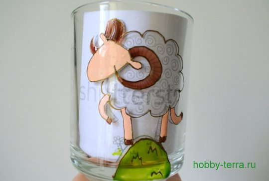 06-2014-11-24_Ideya po dekorirovaniyu kruzhki vitrazhnymi kraskami s simvolom 2015 goda «Oven»