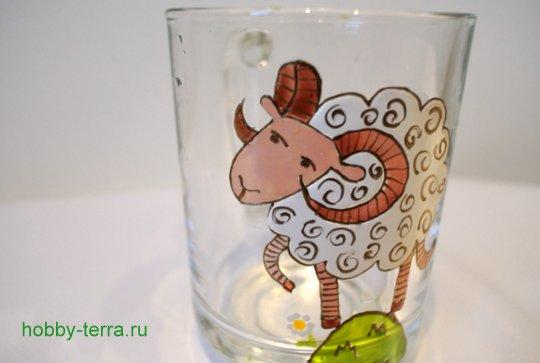 14-2014-11-24_Ideya po dekorirovaniyu kruzhki vitrazhnymi kraskami s simvolom 2015 goda «Oven»