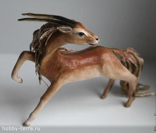 золотая антилопа из полимерной глины